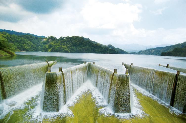 鯉魚潭水庫 一旦超過滿水位,多餘的水便會自動溢流